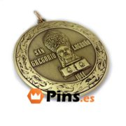 Medalla religiosa con acabado oro viejo.